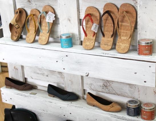 Korkista tehtyjä kenkiä Sapato Verdestä. Ostin alahyllyn siniset kengät.