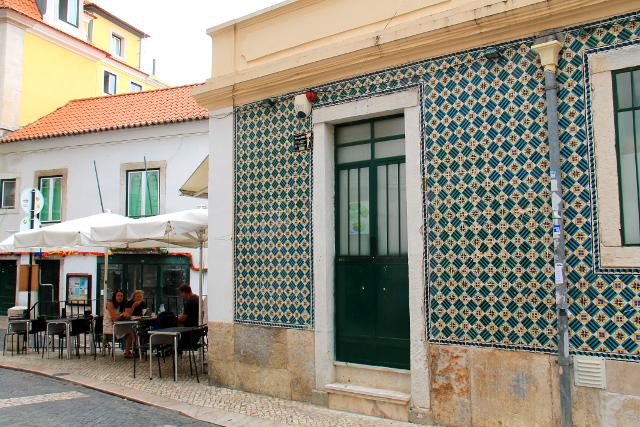 Tämä kahden kadun kulmassa oleva kahvila oli ihan hotellimme vieressä.