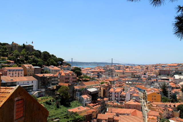 Lissabonin kattoja kukkulalta katsottuna,
