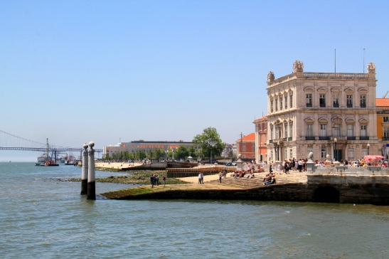 Lissabonin rantaa ja Ponte 25 de Abril.