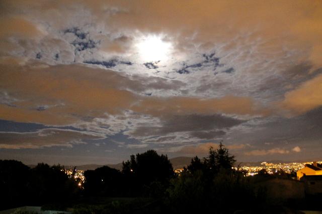Marseillen iltataivas ja kaupungin valot majapaikkamme ikkunoista kuvattuna.