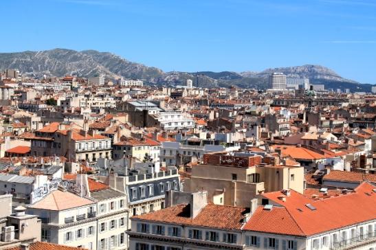 Marseillen kattoja sataman maailmanpyörästä kuvattuna.