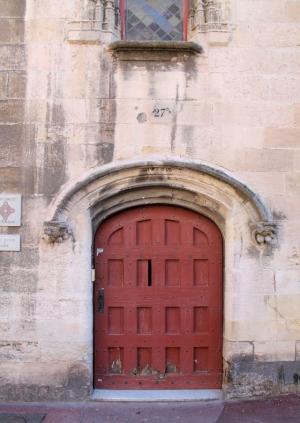 Marseillen vanhimman talon ovi vanhassa kaupungissa satama-altaan pohjoispuolella.