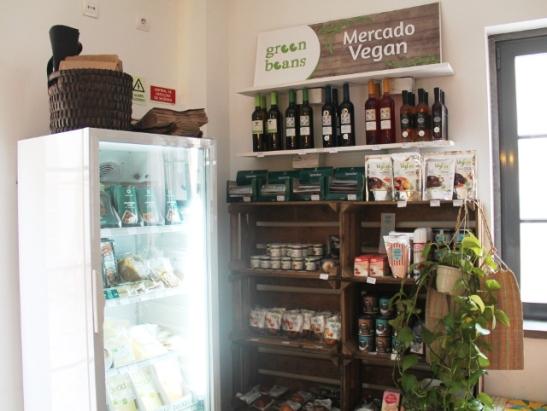 Green Beans -vegaanimyymälän nurkkaus Dona Florin sisällä.