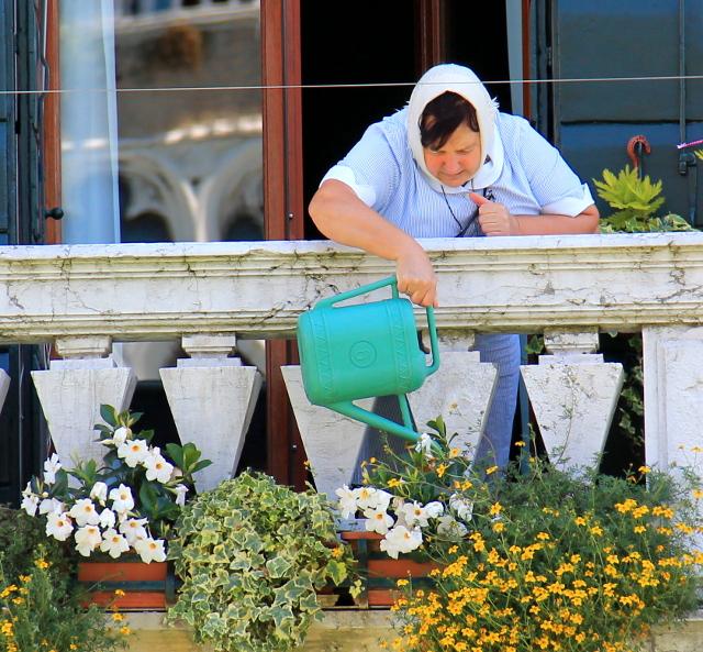 mummo kastelee kukkia