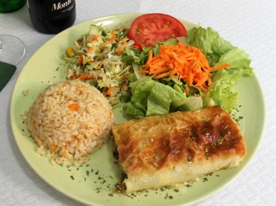 Pinaatti-tofupiirakkaa salaatein ja maustetuin riisein.