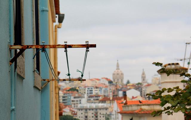 Lissabonissa kuivatetaan pyykkiä ikkunoiden ulkopuolella telineissä.