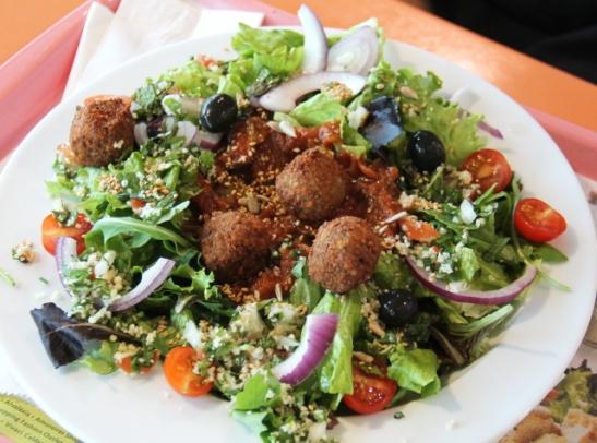 salaatti falafelilla