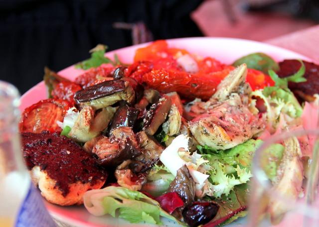 Cassisista oli vaikea löytää vegaaniruokaa ranskalaisravintoloiden listoilta. Tällaisen salaatin pystyi saamaan pyytämällä sen ilman vuohenjuustoa.