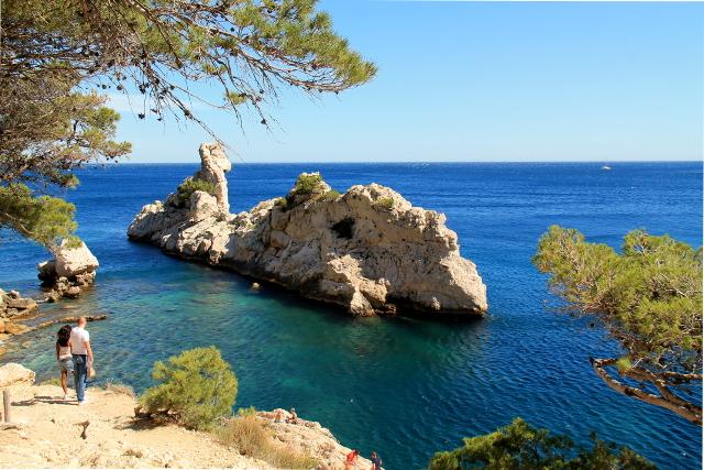 Valasta muistuttava kallio Sugitonin lahden luona. Ranskalaisten mielestä se kylläkin muistuttaa torpedovenettä, koska sen nimi on Le Torpilleur.