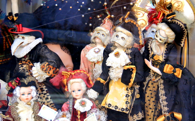 Venetsialaisia nukkeja. Jotenkin jäätäviä.