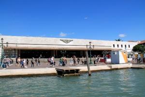 Venetsian rautatieasema. Mantereen puoleisessa Venetsiassa on myös juna-asema, mutta tämä on päätepysäkki.