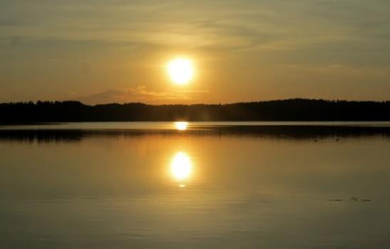 aurinko heijastuu järveen laskiessaan
