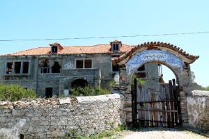 Praia das Macasin ja Azenhas do Marin välillä oli joitain autioita taloja paraatipaikoilla.