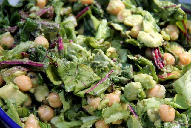 Avokado-kikhernesalaatti, jossa myös mangoldia tai punajuuren lehtiä. Lisäksi tämmöiset maustan yleensä sitruunamehulla, pippurilla ja suolalla, ehkä myös valkosipulilla.
