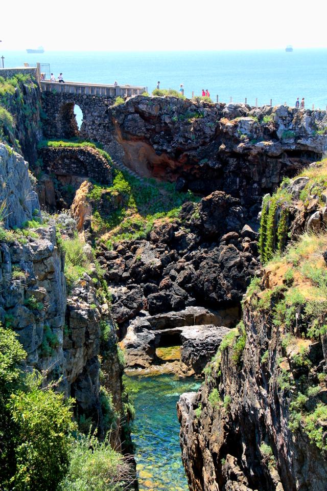 Cascaisin länsipuolella löytyy rannalta tällainen Boca do Infernon jyrkkä lahti.