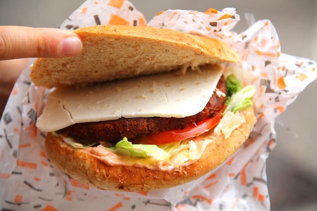 Burgeri soijapihvillä ja -juustolla.