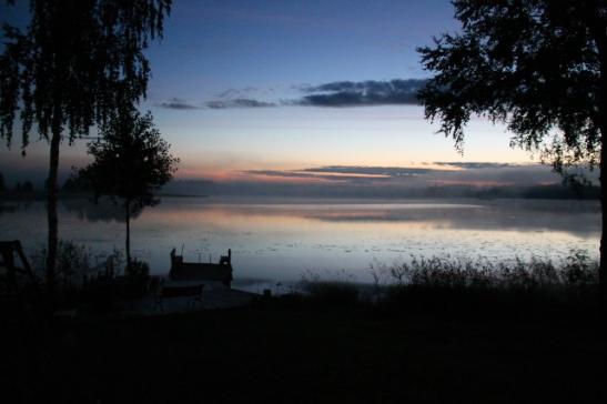 järvi yöllä