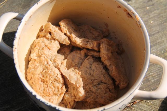 Keitetyt soijafileet. Tästä on kaadettu maustettu vesi jo pois. Tai sitten tuli keiteltyä niin pitkään että nesteet haihtuivat.