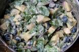 Kermainen peruna-mangoldisalaatti mustilla oliiveilla.