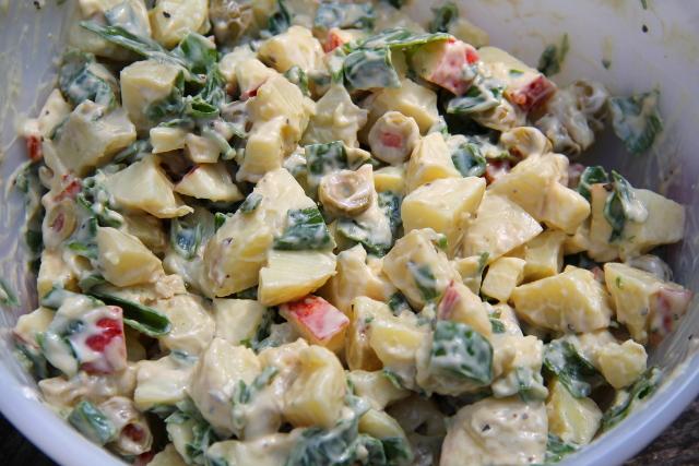 Kermainen perunasalaatti oliiveilla.