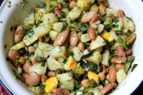 Kirkas perunasalaatti pavuilla, kapriksella ja tillillä.