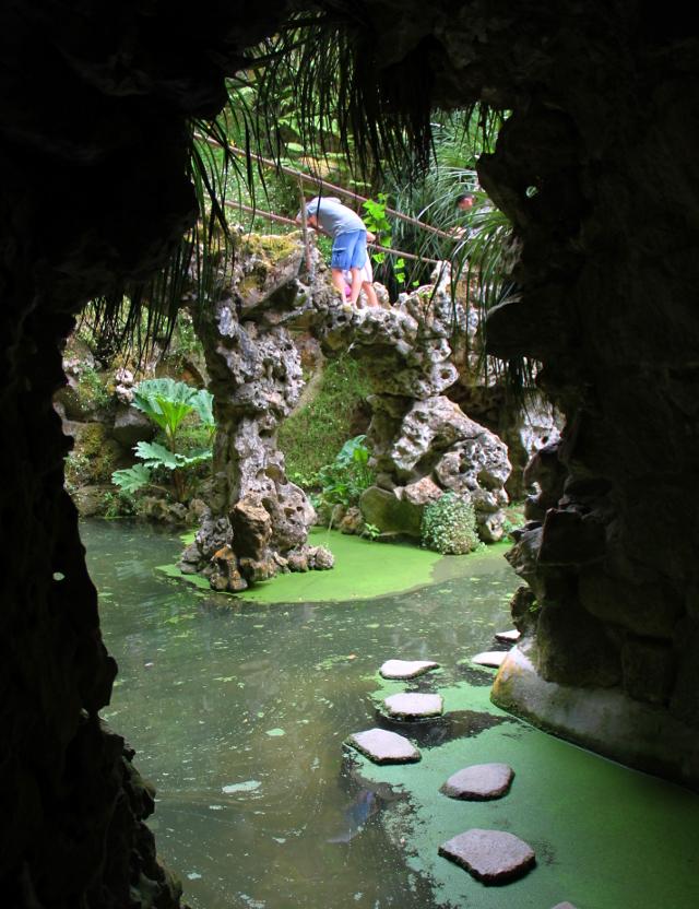 kivipolku lammen läpi