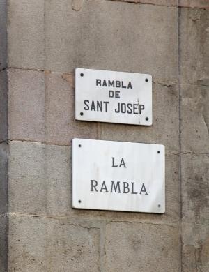 La Ramblan kyltti. Sen varrelta lähtee eri nimisiä Rambla-katuja. Siksi La Ramblaa voi kutsua myös Ramblasiksi.