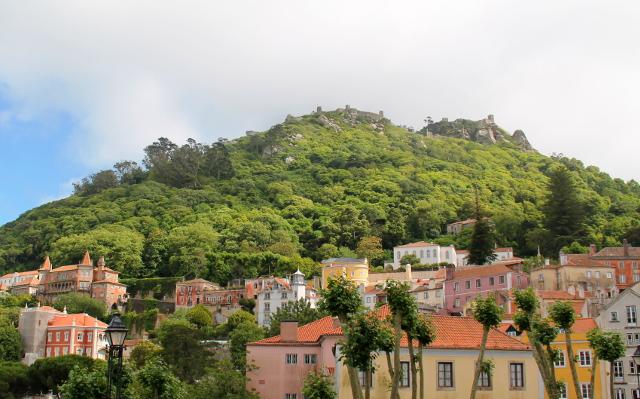 Maurilaismuurit ylhäällä Palacio Nacionalilta katsottuna. Sinne me suuntasimme.