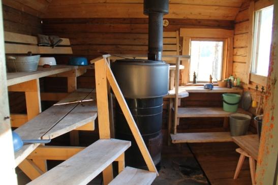 Mökin saunassa parasta on isot järvelle päin olevat ikkunat, joista voi lauteilla ollessa tuijotella Saimaata.
