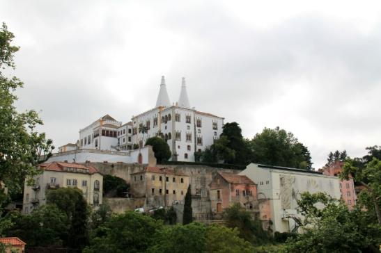 Sintrassa sijaitsee vanha kansallispalatsi, jonne kuninkaalliset tulivat vilvoittelemaan kesäisin.