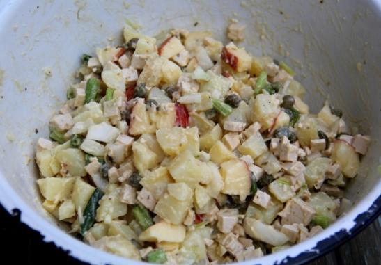 Perunasalaatti pienillä tofukuutioilla, kapriksella ja omenalla.
