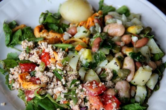 Salaattilautanen, jossa vasemmalla edessä murutofusalaattia.