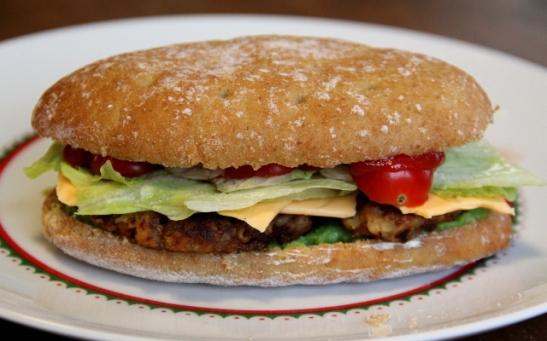 Soijaburgeri itse tehdyllä pihvillä.