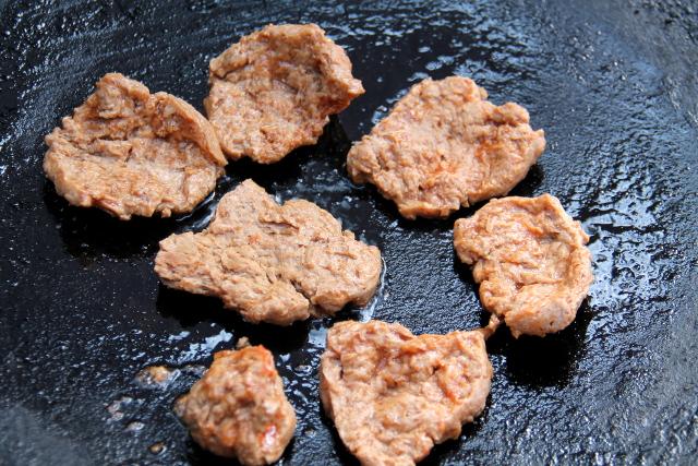 Soijafileet pannulla. Kaavin marinadia pois niiden pinnalta, jotta ne paistuisivat rapsakammiksi.