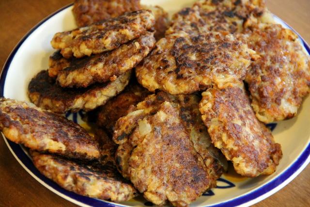 Soijarouhepihvit = soijarouhetta, paistettua sipulia, vehnäjauhoja ja mausteita kuten soijakastiketta, suolaa, pippuria ja ehkä valkosipuliakin.