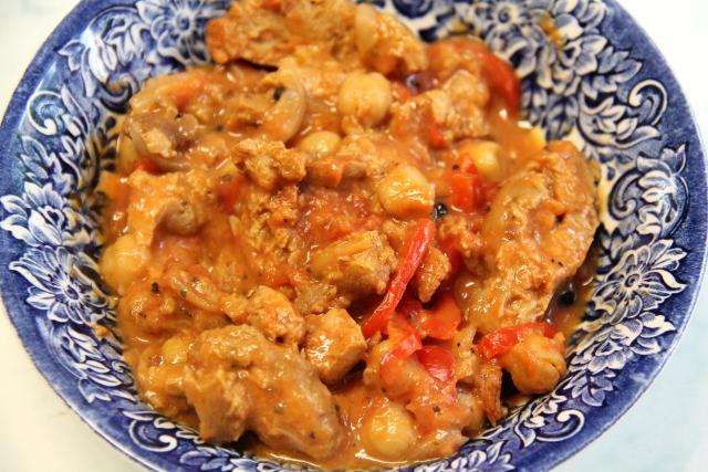 Melko perus soijasössö, jossa soijasuikaleita, kikherneitä, tomaattia, sipulia ja mausteita kookosmaidossa tai kaurakermassa.