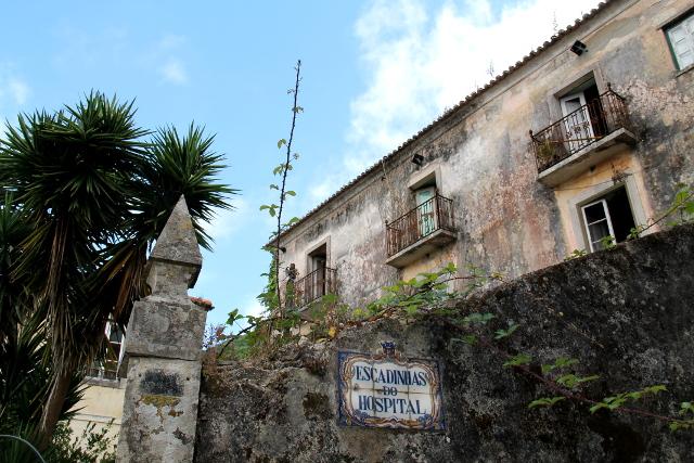 Vanha muuri ja rustiikki talo.