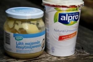 Kermaisessa perunasalaatissa voi käyttä vegaanista X-tra kevytmajoneesia ja/tai Alpron maustamatonta soijajugurttia.