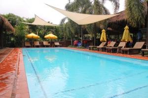 Naapurin Baanpong Lodgen uima-allas ja sen viereinen ravintola.
