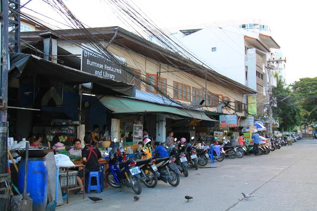 Burmalainen ravintola ja kirjasto Nimmanilla. Tästä vähän oikealle sijaitsee kasvisravintola Anchan.