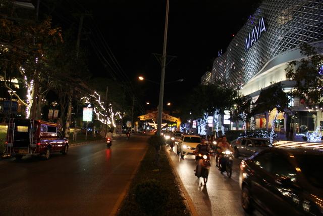 Huay Kaew -katu illalla Maya-ostoskeskuksen vieressä. Tää kadulla on tämän hetkinen majapaikkani Hill 2000.