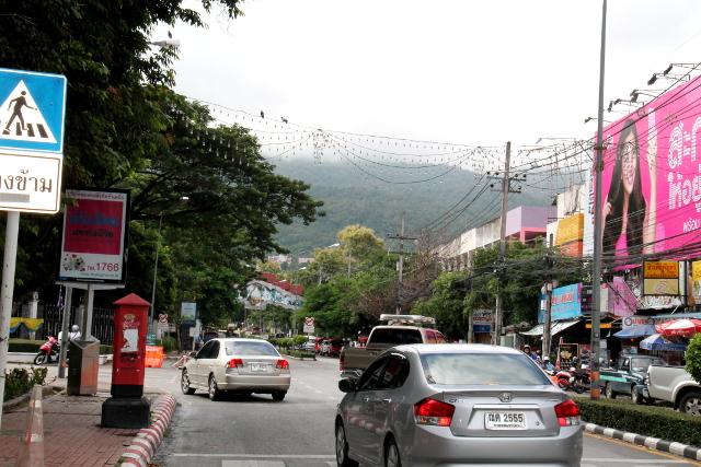 Huay Kaew -katu kulkee vanhan kaupungin luoteiskulmasta Maya-ostoskeskuksen ohi Suthep-vuorelle.