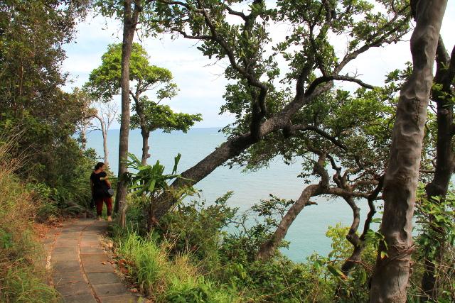 kansallispuiston polku meren rannalla
