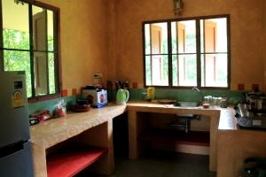 Mökkini keittiö. Aika tyypillinen keittiö, mitä nyt olen Thaimaassa päässyt käyttämään. Monien maalaisthaimaalaisten asumukset ja keittiöt ovat paljon vaatimattomampia.