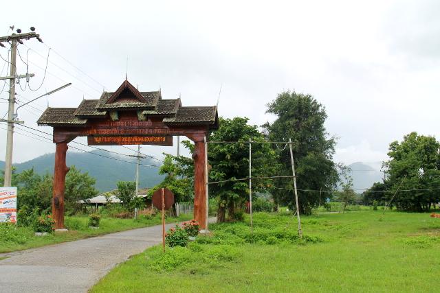 Tällainen on tämän kylän portti. Thaimaassa ei ole aina tällaisia, toisin kuin Vietnamissa tuntui olevan.