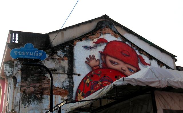 punainen-kilpikonnapoika-pilkistaa-phuketin-kadulla