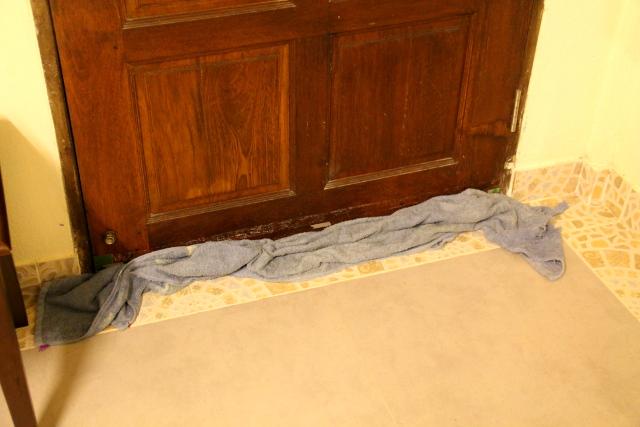 Vaikka asunto olisi muuten tiivis, voi ulko-oven alla joskus pilkottaa tyhjää. Silloin laitan siihen pyyhkeen estämään olentojen sisäänpääsyn. Onneksi meille tuli Koh Lantalla tuolta ali joskus vain sammakko.