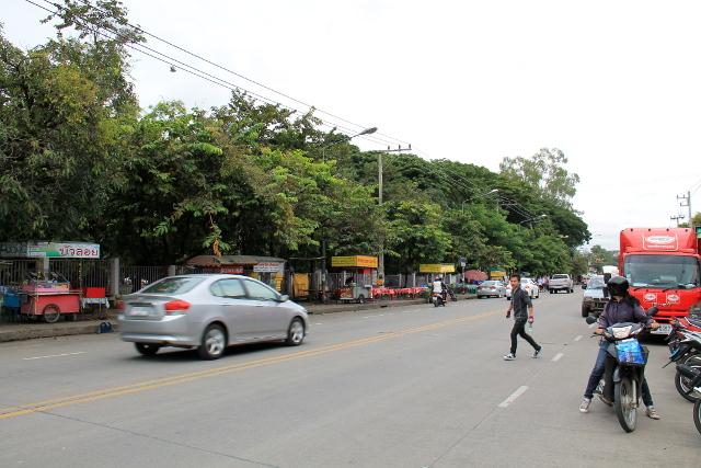 Suthep-katu Chiang Main yliopistokampuksen vieressä.