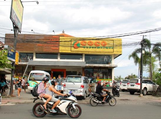 Hanuman Roadilla etelässä sijaitse Coco-supermarket.
